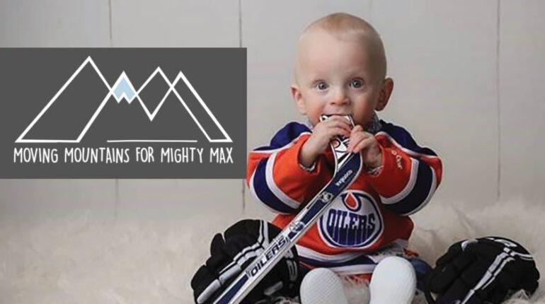 Garçon de deux ans tenant un bâton de hockey