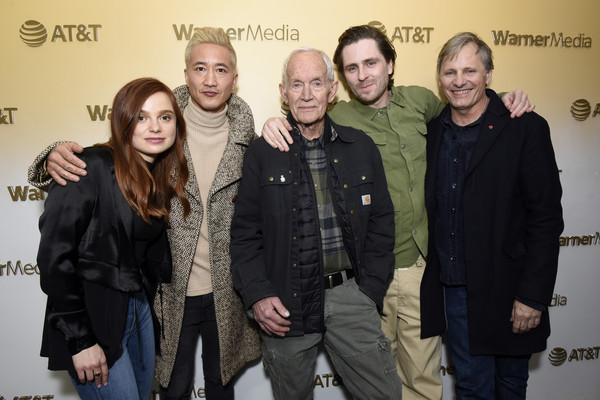 Un groupe de 4 hommes et une femme sur un fond jaune
