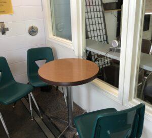 Une salle avec des chaises