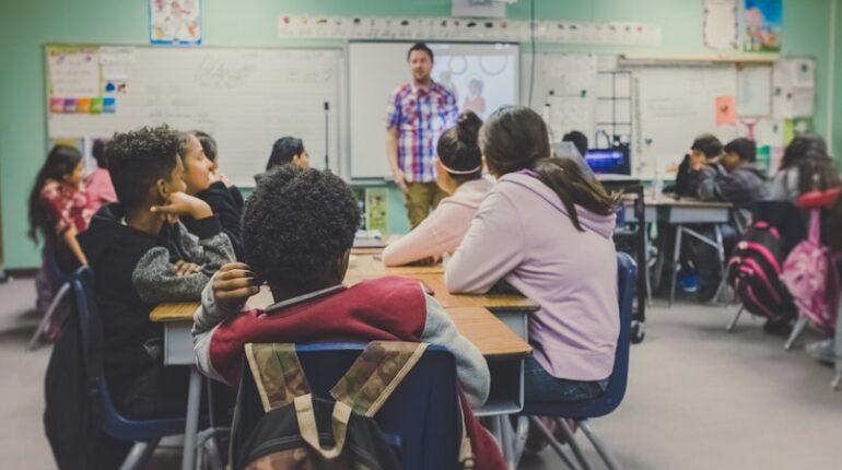Des élèves ainsi qu'un professeur dans une classe