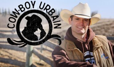 Logo de la série Cowboy Urbain à la gauche et Steve Jodoin à la droite