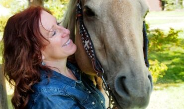 Une femme avec un cheval
