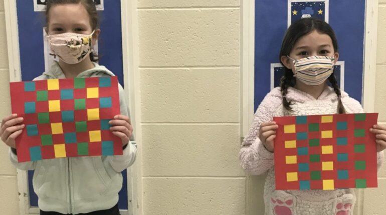 Deux petites filles tenant un collage