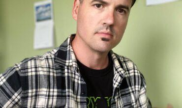 Musicien Joel Lavoie tenant sa guitare