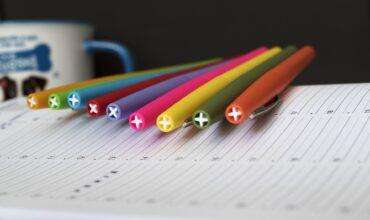 crayons de couleurs sur cahier scolaire