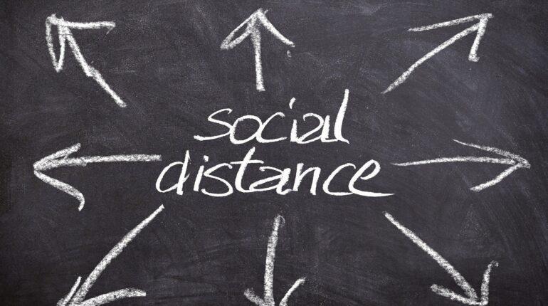 ardoise avec social distance d'écrit à la craie