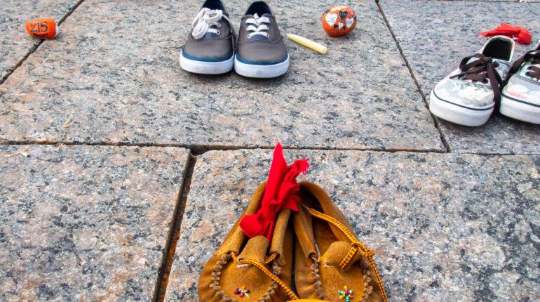 Des chaussons d'enfants sur le parvis du parlement à Ottawa en hommage aux enfants autochtones décédés..