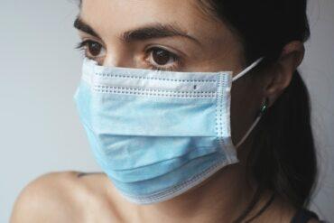 Femme portant un masque médical pour la COVID-19