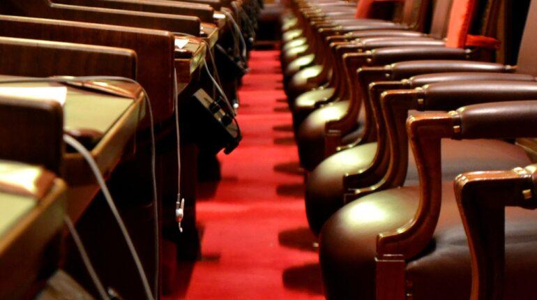 parlement canadien, sièges dans une allée rouge