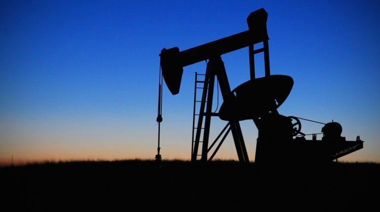 derrick extrait le pétrole du sol, à l'aube.