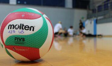 ballon sur le sol d'un gymnase