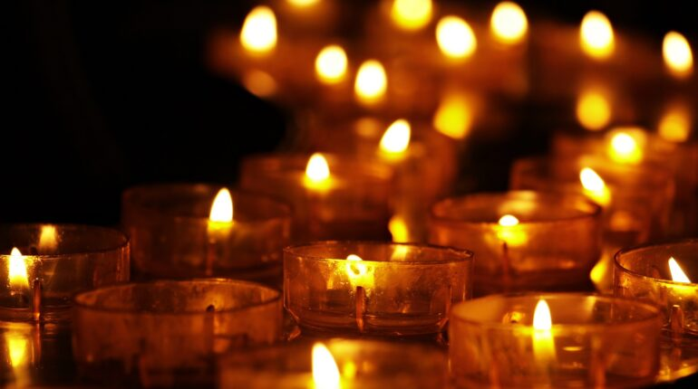 bougies posées par terre en hommage aux enfants autochtones