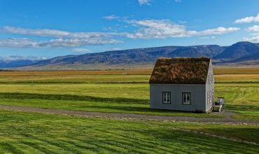 Petite maison perdue au milieu de la prairie albertaine.
