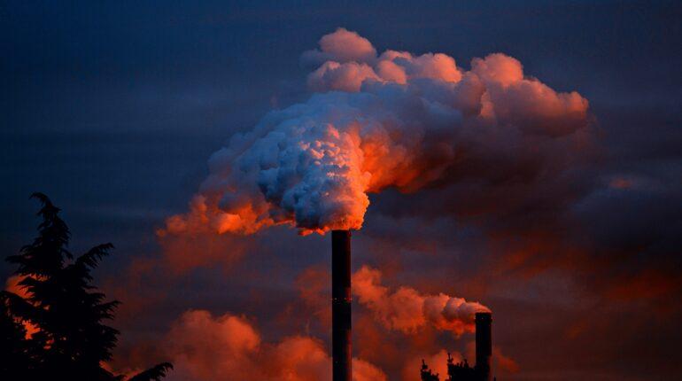 Cheminées d'usine qui polluent.