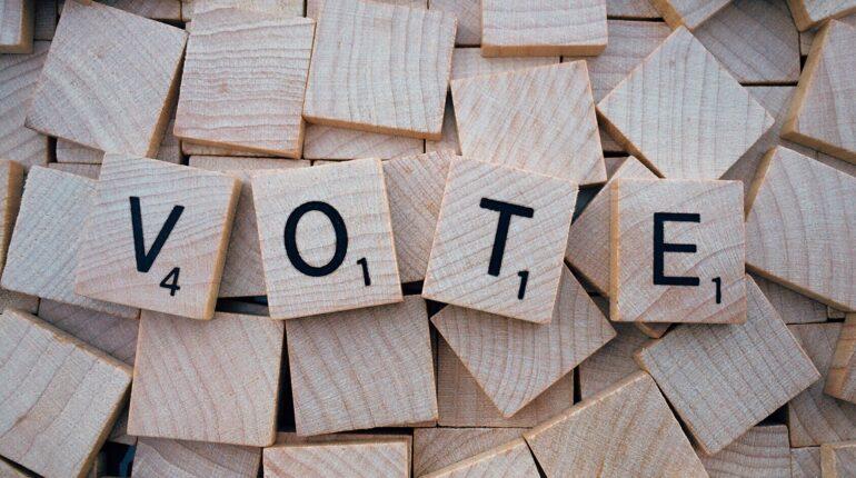 Le mot vote écrit sur des carrés en bois